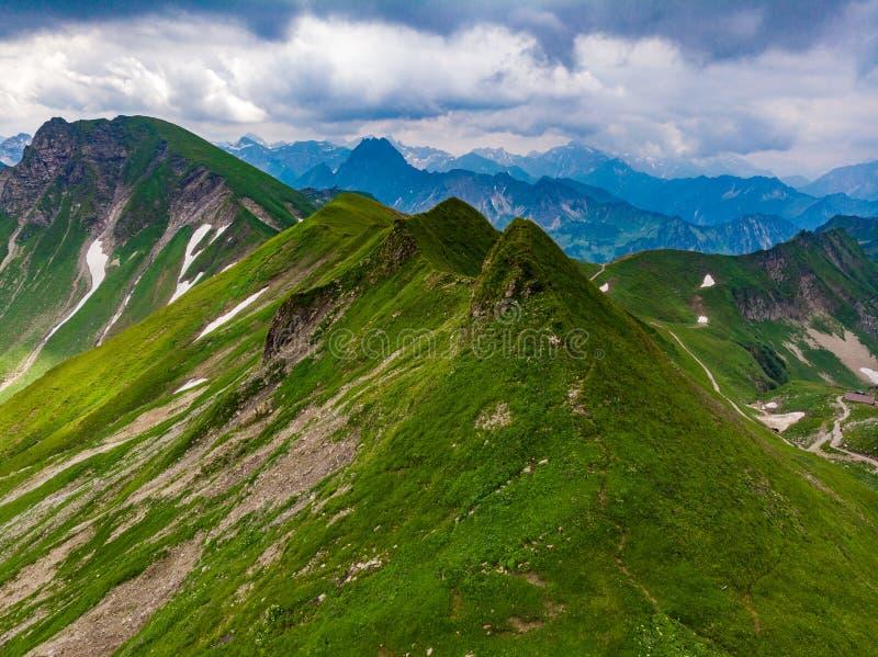 Panoramaweergeven van de Berg en het landschapslandschap van Nebelhorn van alpen in Beieren, Duitsland royalty-vrije stock afbeelding
