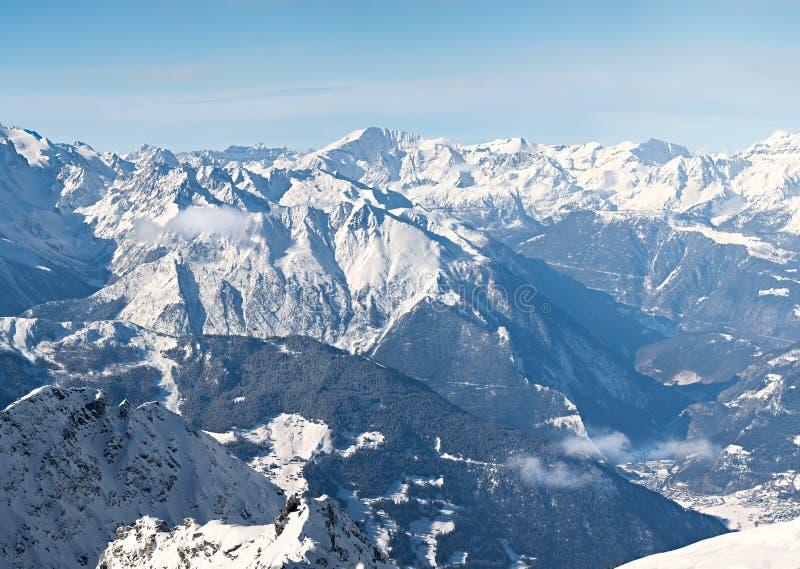 Panoramawinterschnee bedeckte Berg stockfotografie