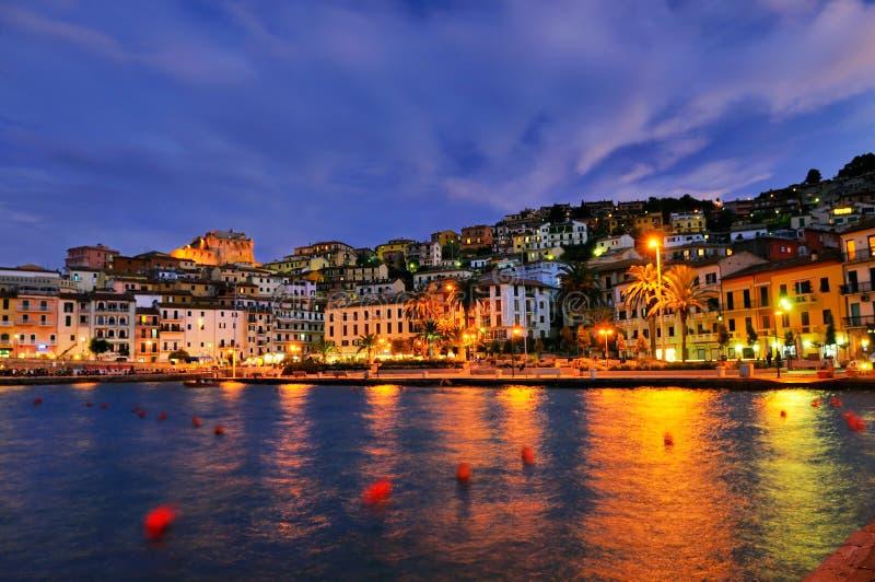 Panorame de nuit de Porto Santo Stefano photographie stock libre de droits