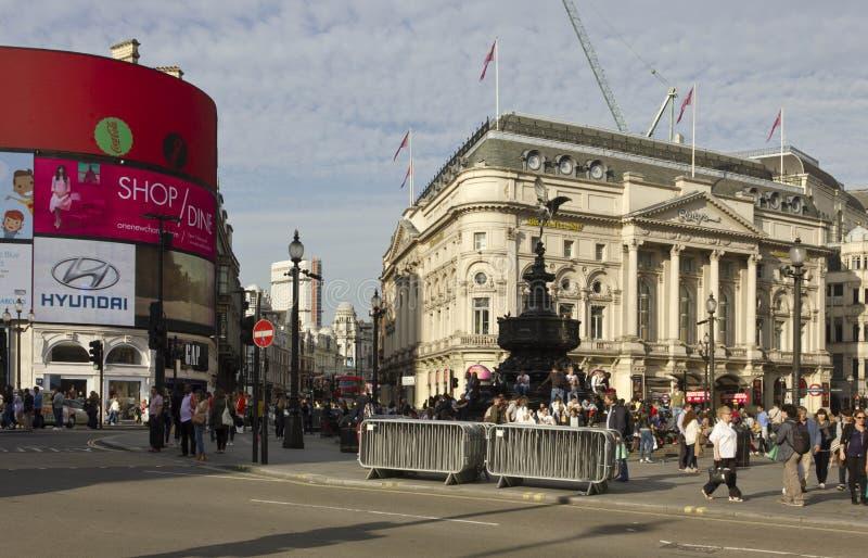 Panoramica del quadrato del circo di Piccadilly a tempo di giorno fotografia stock libera da diritti