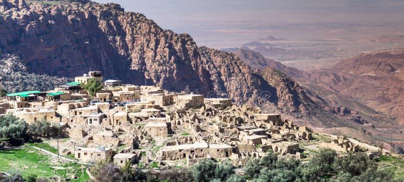 Panoramica del villaggio di Dana sull'orlo di Dana Nature Reserve in Giordania, con Wadi Araba ed il deserto di Israele in immagine stock libera da diritti