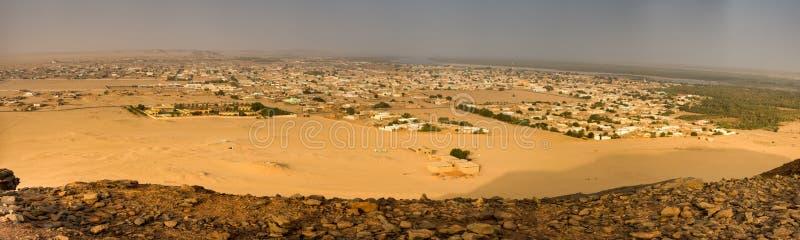 Panoramica della città Karima nel Sudan al Nilo della montagna santa Jebel Bakal fotografato da sopra fotografia stock