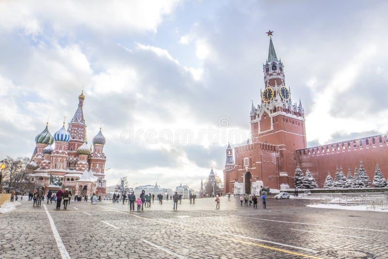 Panoramica della gente che cammina sul quadrato rosso a Mosca fotografia stock libera da diritti