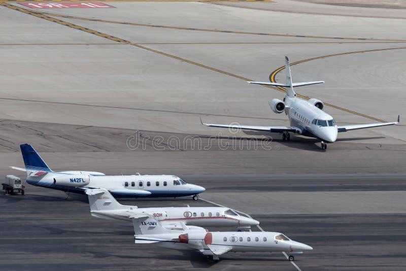 Panoramica della rampa del getto privato all'aeroporto internazionale Las Vegas di McCarran con i getti di lusso multipli parcheg immagine stock libera da diritti