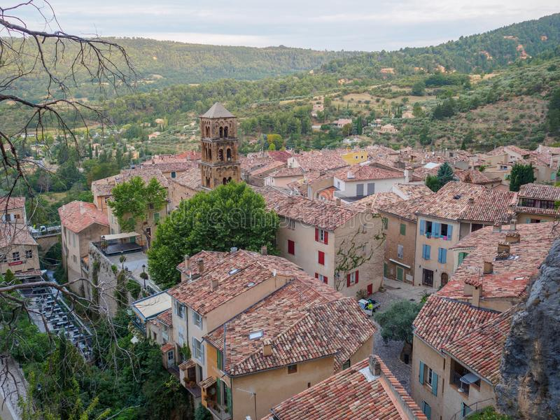 Panoramica di Moustiers-Sainte-Marie, Francia fotografia stock