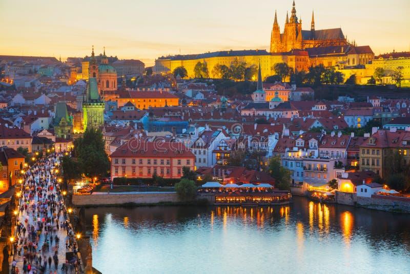 Panoramica di Praga con la st Vitus Cathedral immagini stock libere da diritti