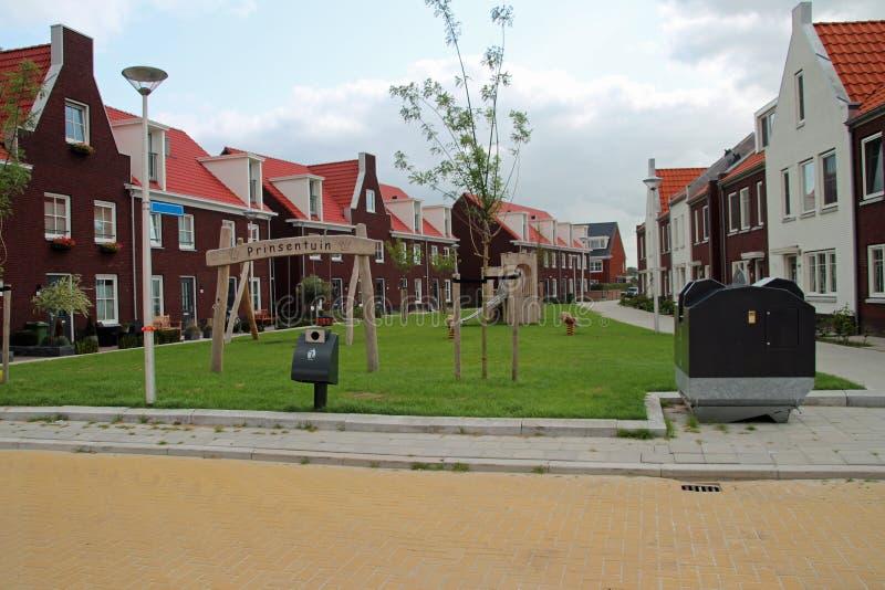 Panoramica grandangolare del campo da giuoco pubblico per i bambini in un nuovo distretto Koningskwartier in Zevenhuizen, Paesi B immagine stock
