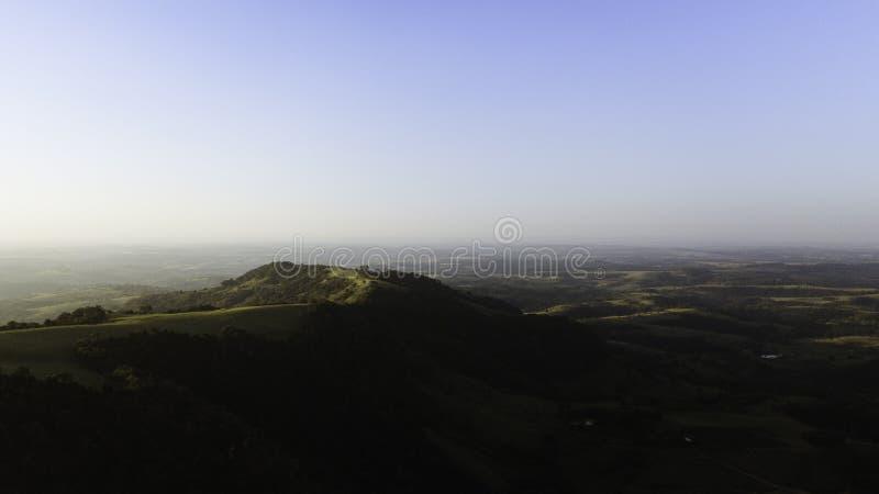 Panoramica med drone av indisk sten i Botucatu-regionen Solnedgång Inre staten São Paulo Brasilien royaltyfri fotografi