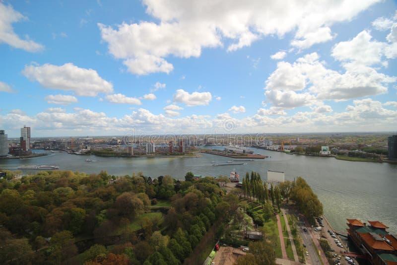Panoramica sopra la città di Rotterdam nei Paesi Bassi con i suoi porti e ponti sopra il fiume Oude Mosa fotografia stock
