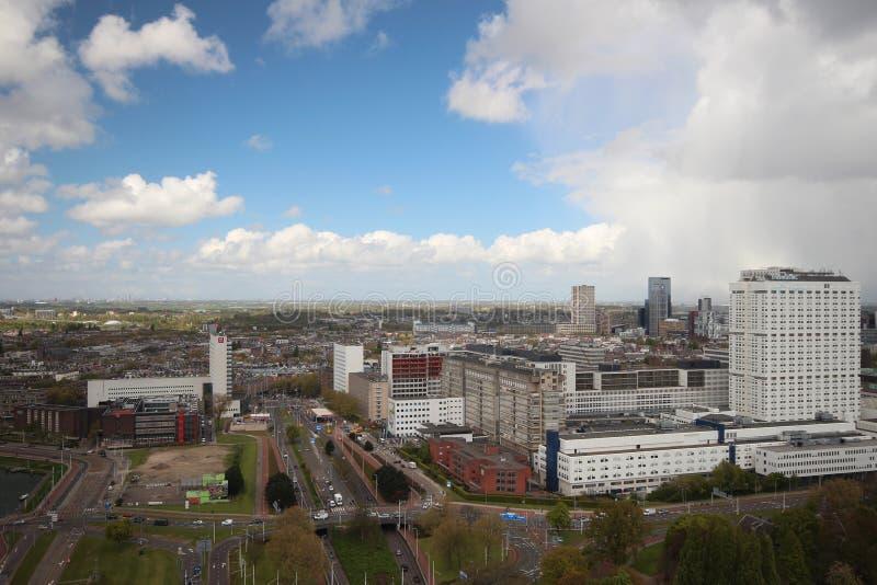 Panoramica sopra la città di Rotterdam nei Paesi Bassi con i suoi porti e ponti sopra il fiume Oude Mosa fotografia stock libera da diritti