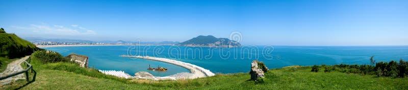 Panoramico della costruzione del porticciolo e dell'unguento vulnerario della spiaggia nei precedenti fotografia stock