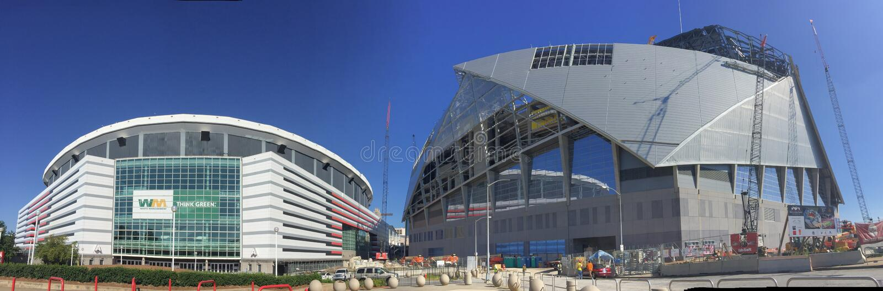 Panoramico di Georgia Dome e di Mercedes Benz Stadium immagini stock
