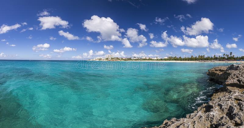 Panoramico di Saint Martin, Sint Maarten: Spiagge caraibiche immagini stock libere da diritti