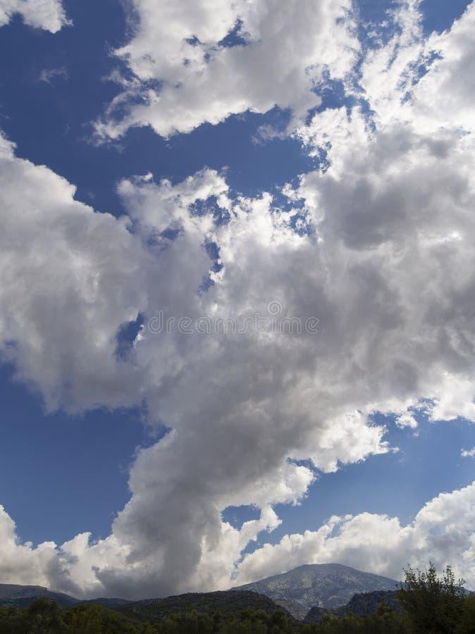 Panoramico vista dalle nuvole di Giant Cumulus prima dell'avvicinarsi della tempesta estiva in un villaggio sull'isola greca di E immagini stock libere da diritti