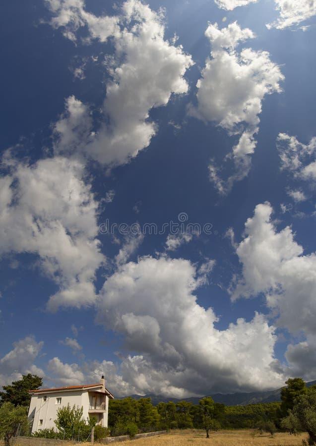 Panoramico vista dalle nuvole di Giant Cumulus prima dell'avvicinarsi della tempesta estiva in un villaggio sull'isola greca di E immagine stock libera da diritti