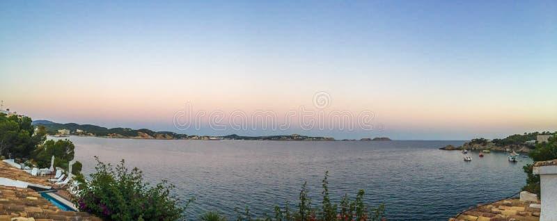 Panoramiczna ocean linia brzegowa przy półmrokiem obraz stock