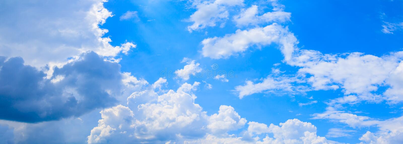 Panoramiczne niebieskie niebo chmury i podeszczowa chmura w lato czasu piękny tło zdjęcie royalty free