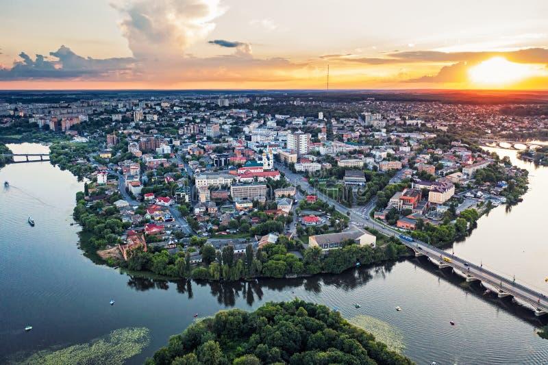 Panoramiczne ukrainowe miasteczko kraju lub piękna miejska rzeka pomostowa, zachód słońca w europei Vinnica Ukraina obrazy stock