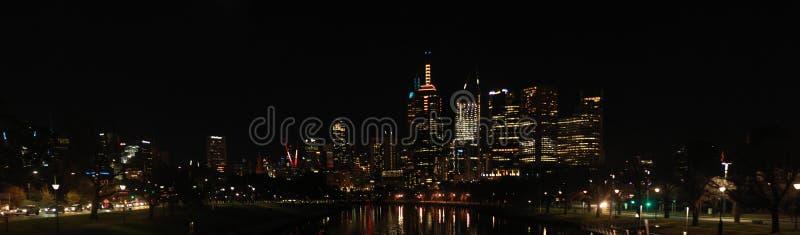 panoramiczne widoki na wieżowce z centralnej części Melbourne CBD przy rzece Yarra w nocy, odzwierciedlajÄ…ce oÅ›wietlenie mias zdjęcie stock