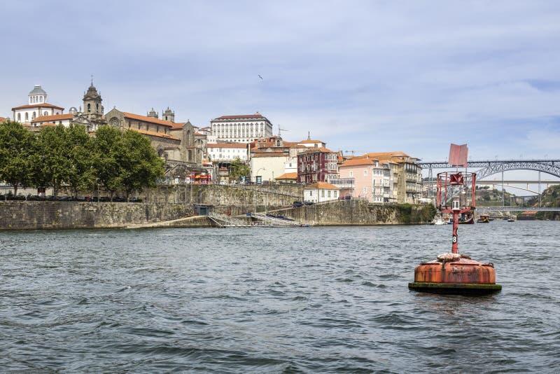 Panoramicznego fom Douro wycieczki turysycznej rzeczna łódź, widok Maria Pia i Sao J, obraz royalty free