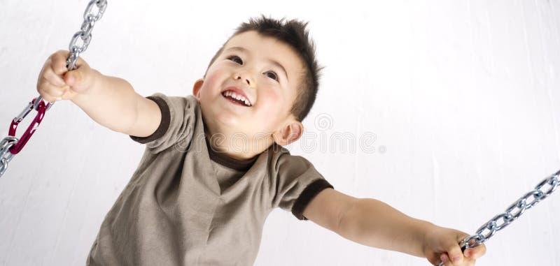 Panoramicznego Horyzontalnego składu Młoda chłopiec Bawić się na Łańcuszkowym Swin obrazy stock