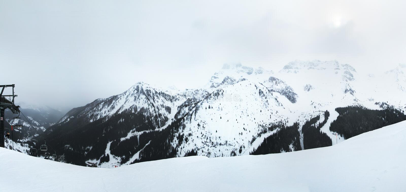 Panoramicznego widoku góry otacza Arabba wioskę Dolomitów Alps Sella Ronda Włochy fotografia royalty free