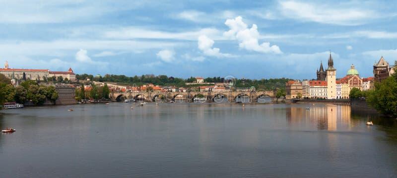 panoramiczni Charles bridżowi widok zdjęcia stock