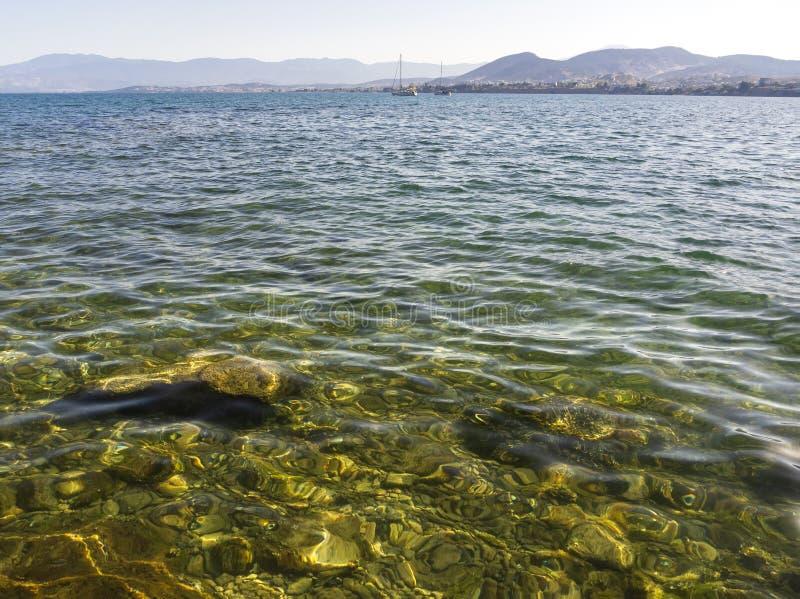 Panoramiczni widoki morze góry i jachty na Liani Ammos, wyrzucać na brzeg w Halkida, Grecja na Pogodnym letnim dniu wyspa Evia zdjęcie stock