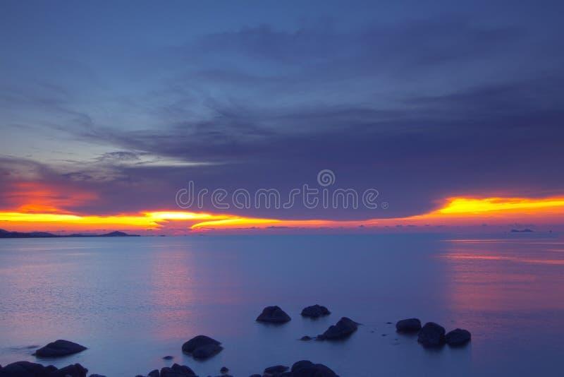 Panoramiczny dramatyczny pastelowy zmierzchu niebo i tropikalny denny wizerunek fotografia royalty free