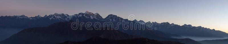 Panoramiczny góra krajobraz z zadziwiającą mgłą fotografia royalty free