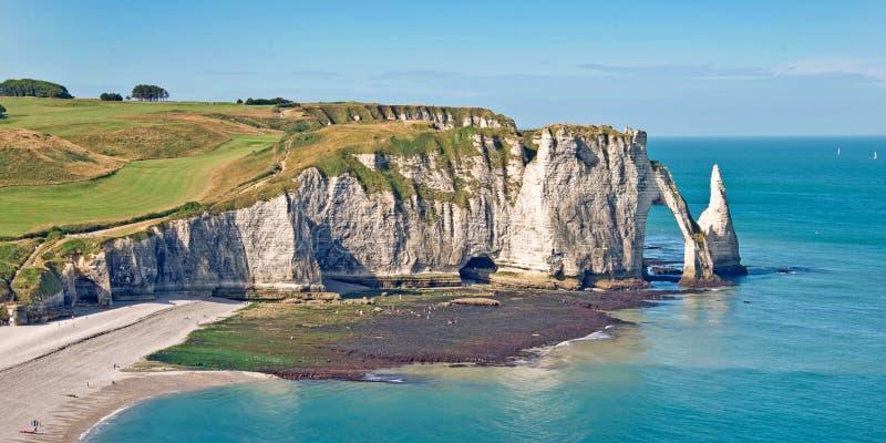 Panoramiczny krajobraz sławna faleza Etretat, Normandy Francja zdjęcie stock
