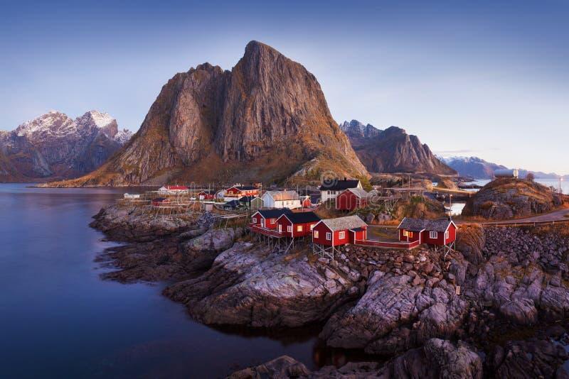 Panoramiczny krajobraz, zim g?ry i fjord odbicie w wodzie, Norwegia Lofoten wyspy fotografia royalty free