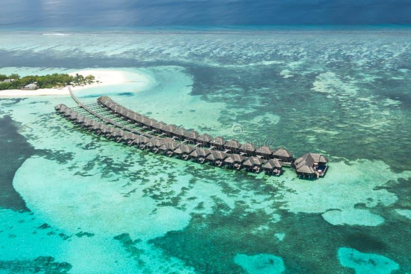 Panoramiczny krajobrazowy seascape widok z lotu ptaka nad Maldives atolu Męskimi wyspami Biała piaskowata plaża widzieć z góry obrazy royalty free