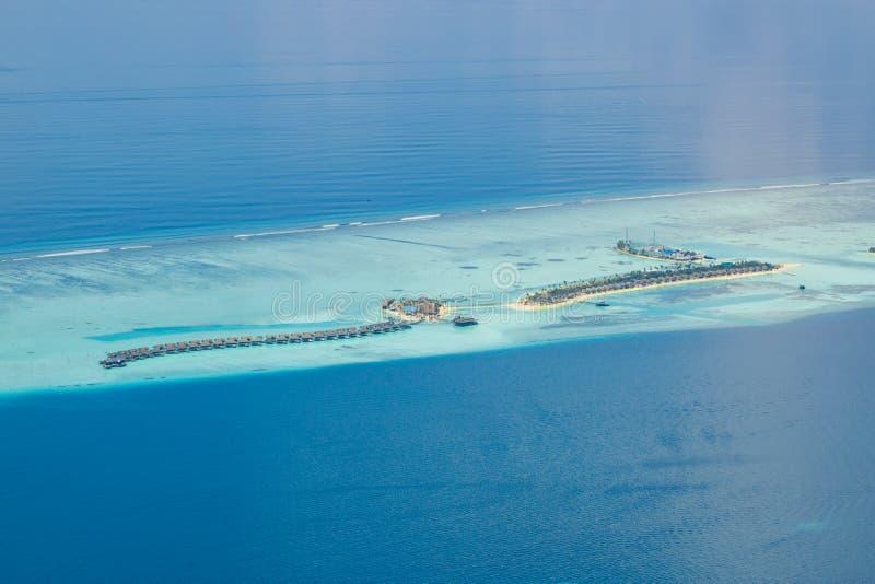 Panoramiczny krajobrazowy seascape widok z lotu ptaka nad Maldives atolu Męskimi wyspami Biała piaskowata plaża widzieć z góry obraz stock