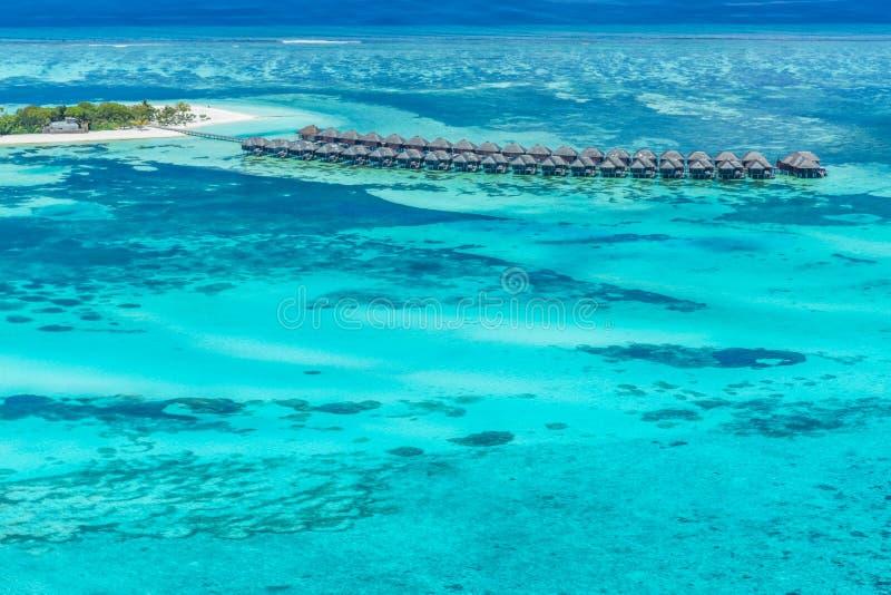 Panoramiczny krajobrazowy seascape widok z lotu ptaka nad Maldives atolu Męskimi wyspami Biała piaskowata plaża widzieć z góry obrazy stock