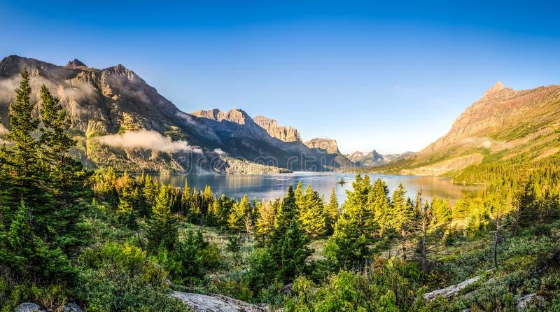 Panoramiczny krajobrazowy widok lodowa NP jezioro i pasmo górskie zdjęcia royalty free