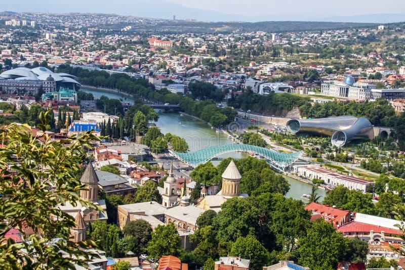 Panoramiczny miasta linia horyzontu Tbilisi nad Kura rzeką z Kaukaz pasma górskiego palem na horyzoncie - kapitał Gruzja - zdjęcia royalty free