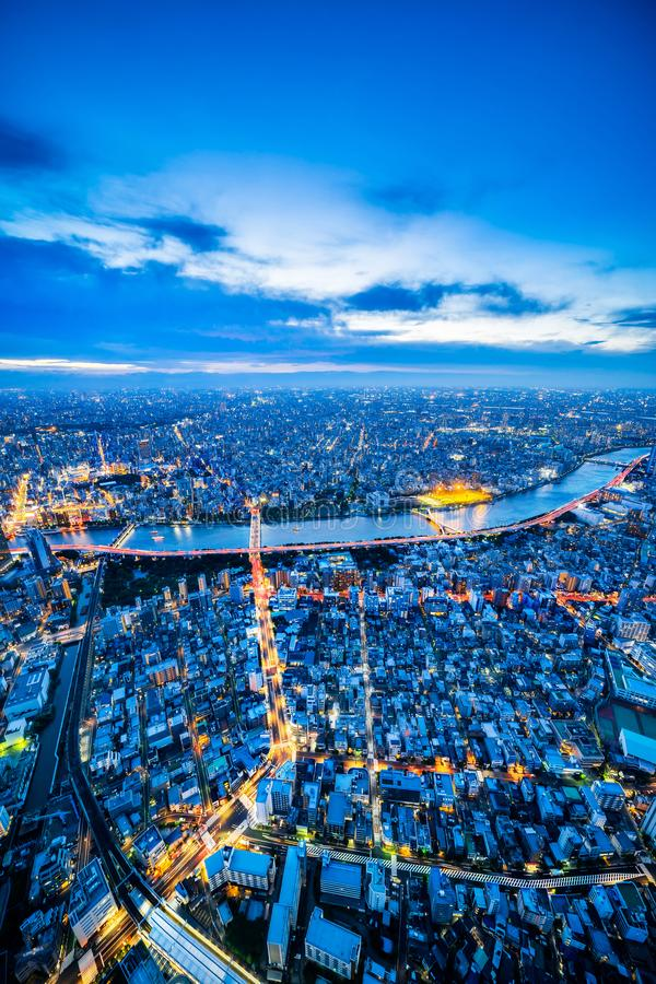 Panoramiczny miastowy miasto linii horyzontu widok z lotu ptaka pod mrocznym niebem i neonowa noc w Tokyo, Japonia zdjęcia royalty free