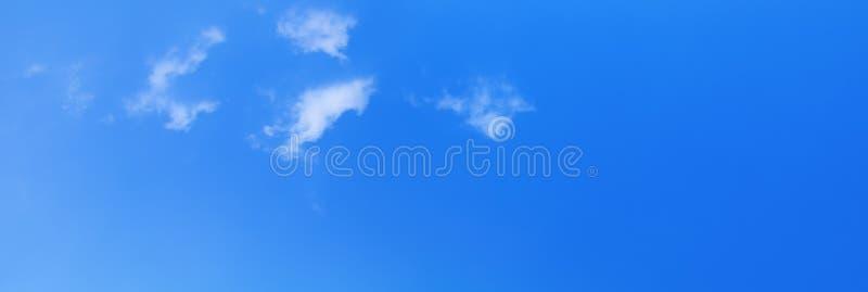 Panoramiczny nieba i chmury lata czasu piękny tło z kopii przestrzenią dodaje tekst zdjęcie stock