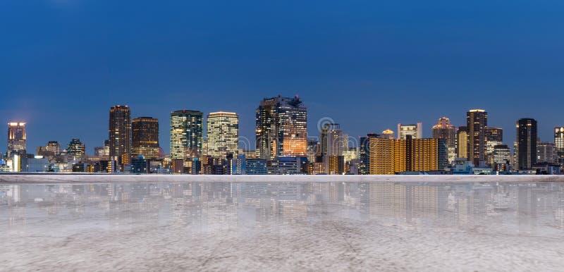 Panoramiczny Osaka miasta widok przy nocą, z pustą betonową podłogą tła miasta noc ulica obrazy stock