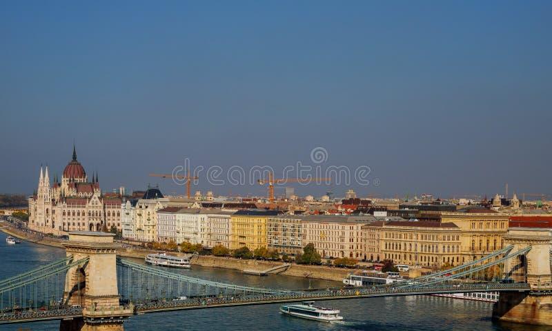 Panoramiczny pejzaż miejski Budapest z Łańcuszkowym mostem przez Danube rzekę i Węgierskim parlamentem w zarazy mieście, Węgry zdjęcia stock