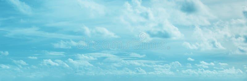 Panoramiczny skyscape z chmurami - naturalny tło fotografia stock