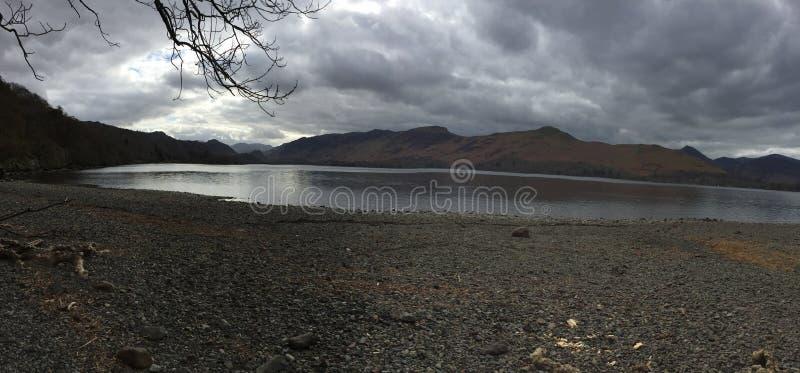 Panoramiczny strzał przez Derwent wodę przy chmurnym zmierzchem, zdjęcia stock