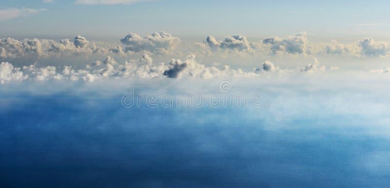 Panoramiczny tło z chmurami nad morze zdjęcia stock