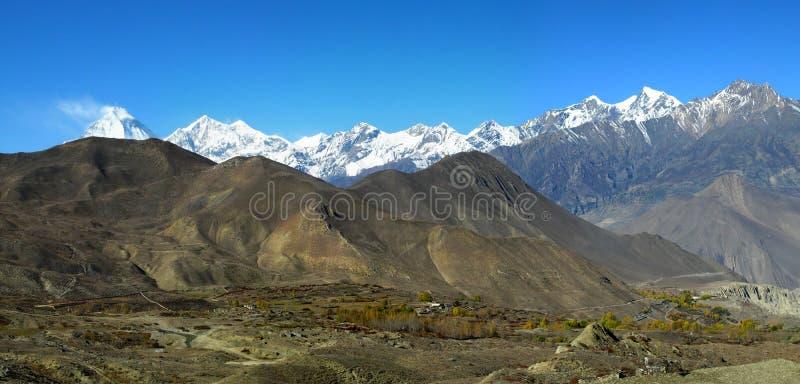 Panoramiczny veiw Himalajskie góry i Dhaulagiri wspinamy się a zdjęcie royalty free