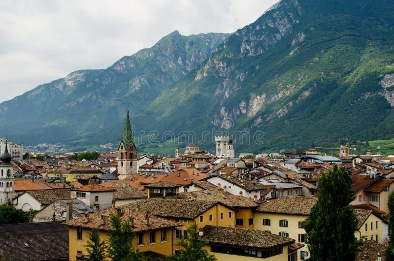 Panoramiczny veiw na Trento z zielonymi montains jako tło fotografia stock