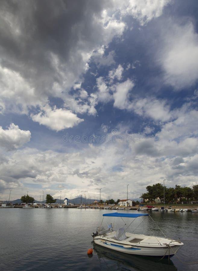 Panoramiczny widok łódź rybacka na pogodnym popołudniu na spokojnym morzu egejskim na nabrzeżu nadmorski miasteczko Nea Artaki da obrazy stock