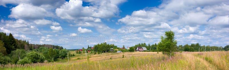 Download Panoramiczny Widok łąka I Wioska Obraz Stock - Obraz złożonej z naturalny, natura: 53777927