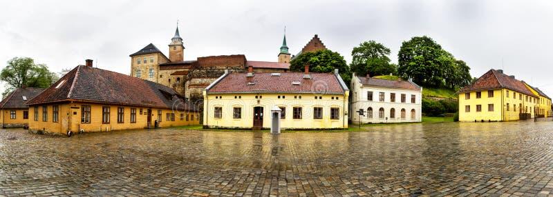 Panoramiczny widok Akershus forteca w deszczowym dniu Oslo Norwegia obrazy stock