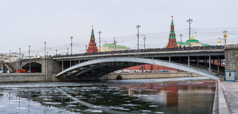 Panoramiczny widok ampuła kamienia most Kremlin I Moskwa zdjęcie royalty free